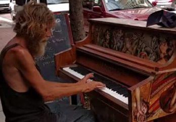 58- Saratosa-Donald-piano-en-la-calle