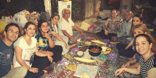 cena en la cueva con la familia de Shiva y Mustafá