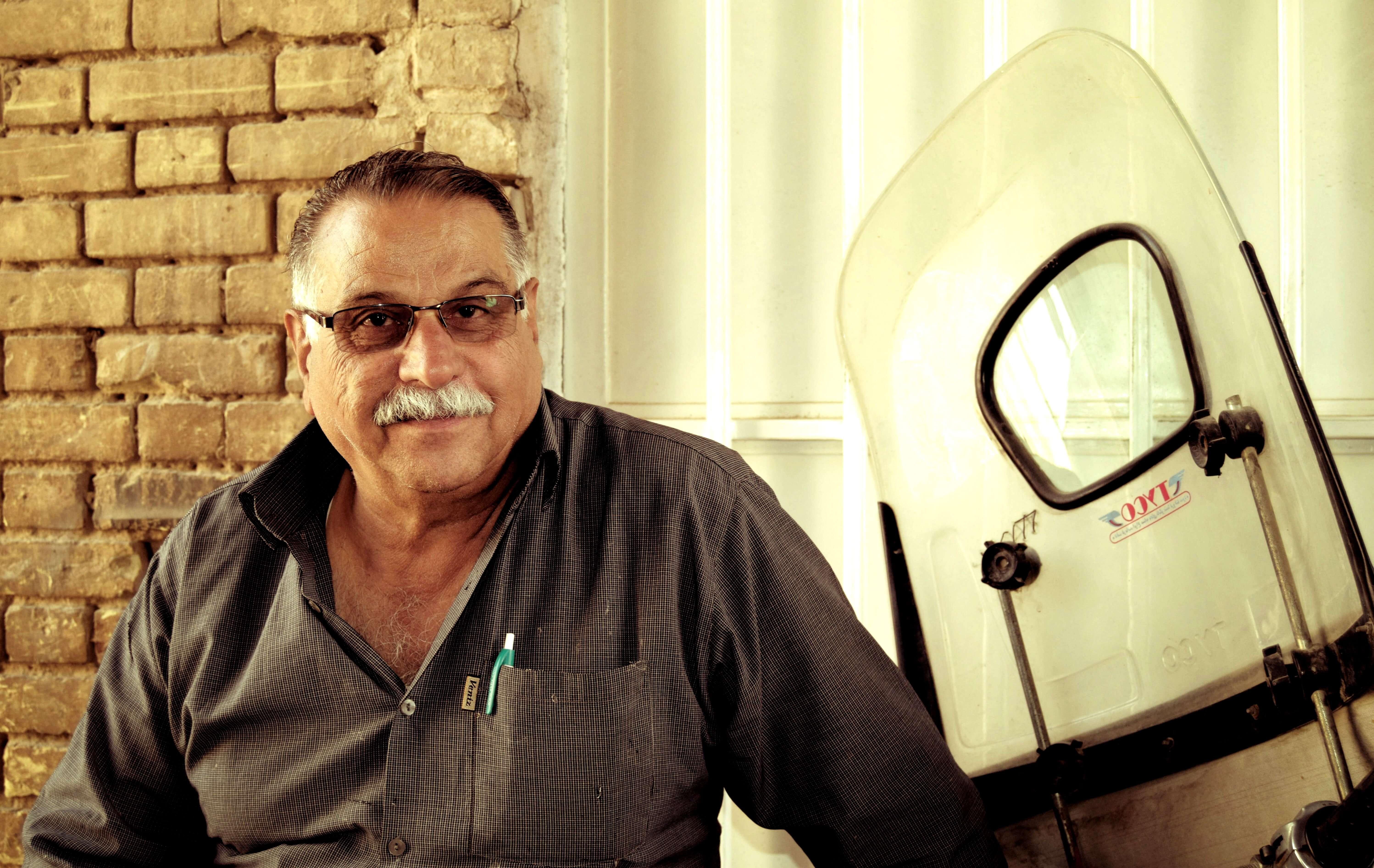 miradas persas hombre en moto Yadz